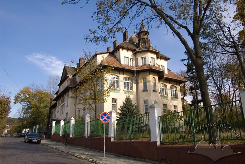 Former Solecki sanatorium at 107 Lychakivska St.
