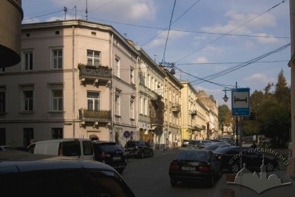 Вул. Валова, 19. Забудова непарного боку вулиці. На першому плані — будинок №17.