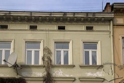 Вул. Валова, 19. Вікна 3-го пов.