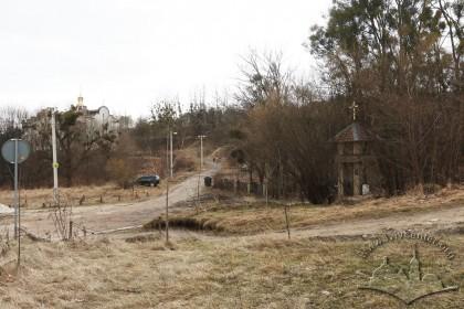 Справа на фото - вхід до цвинтаря. Вигляд з вулиці Заклинських