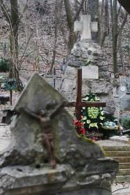 Знесінський цвинтар при вулиці Заклинських. Справа - пам'ятник солдатам УГА