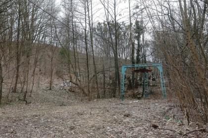 Знесінський цвинтар при вулиці Заклинських. Вигляд із півдня. У 1980-х тут проклали доріжку для лещетарського з'їзду із підйомником, таким чином зруйнували частину цвинтаря