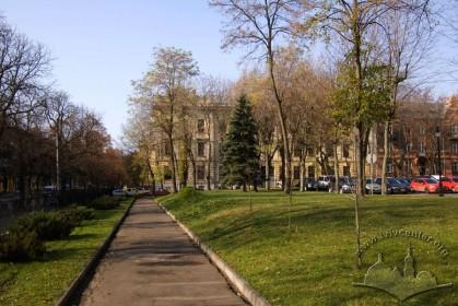 Вул. Бандери, 14. Вигляд з території головного корпусу Львівської політехніки