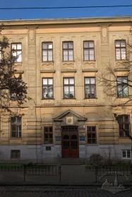 Вул. Бандери, 14. Фрагмент головного фасаду з порталом