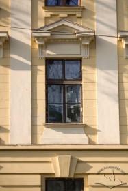 Вул. Бандери, 14. Вікно 2-го поверху