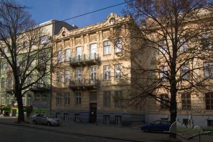 Вул. Бандери, 16. Вид на головний фасад. Справа — будинок Академічної гімназії.