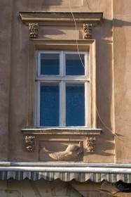 Вул. Краківська, 11. Одне з вікон 2-го поверху головного фасаду
