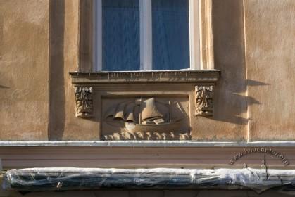 Вул. Краківська, 11. Декор під вікном 2-го поверху (головний фасад)