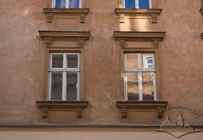 Вул. Краківська, 11. Вікна 2-го  пов. на бічному фасаді