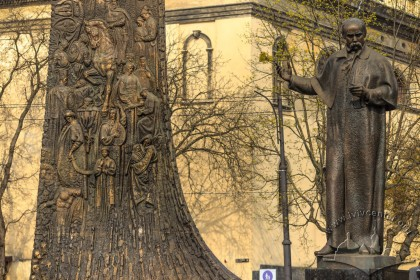 """Taras Shevchenko statue and a fragment of the """"Wave of National Rebirth"""""""