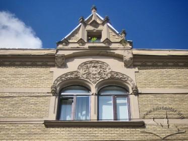 Вул. Коперника, 30. Біфорій і аттик на центральній осі фасаду