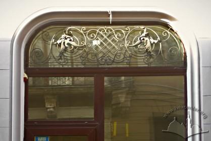 Вул. Коперника, 30. Оригінальні ґрати на вікнах-вітринах
