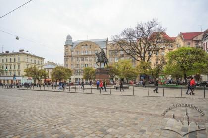 Вигляд пл. Галицької зі східного боку. У центрі – пам'ятник королю Данилу