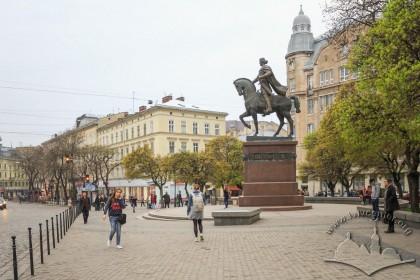 Пл. Галицька і пам'ятник королю Данилу, вигляд зі східного боку. На тлі – будинки на вул. Галицькій, 20 (зліва) і вул. Валовій, 7 (справа)