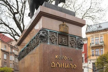 Фрагмент п'єдесталу пам'ятника королю Данилу на пл. Галицькій