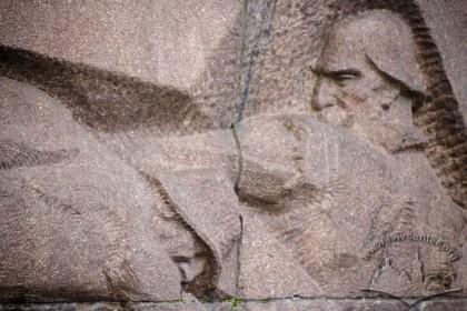 Вул. Університетська. Пам'ятник Іванові Франку. Одна з бічних стел (деталь)