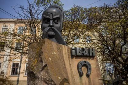 Pl. Pidkovy. Ivan Pidkova monument. On the background, housing on vul. Teatralna