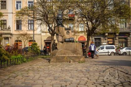Pl. Pidkovy. Ivan Pidkova monument. On the background, the housing on vul. Teatralna