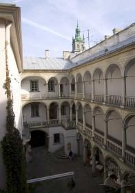 """Пл. Ринок, 6. Вигляд внутрішнього двору з галереями, що відомий під назвою """"Італійський дворик"""""""