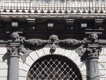 Пл. Ринок, 6. Білокам'яне оздоблення над головним порталом та балкон ІІ-го пов.