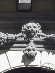 Пл. Ринок, 6. Деталь декору над порталом