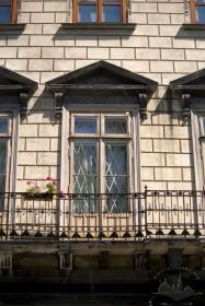 Пл. Ринок, 6. Балконні двері на 2-му пов.