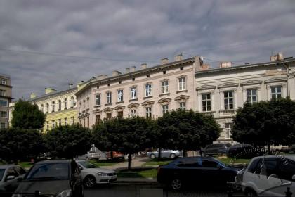 Prosp. Shevchenka, 11. The building amidst the surrounding architecture