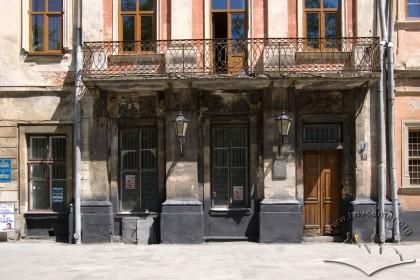 Пл. Ринок, 8. Фрагмент фасаду в рівні І-ІІ-го поверхів