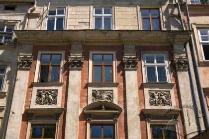 Пл. Ринок, 6. Фрагмент фасаду в рівні ІІ-ІV-го поверхів