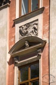 Пл. Ринок, 6. Сандрик над вікном ІІ-го пов., барельєф з Нептуном над ним