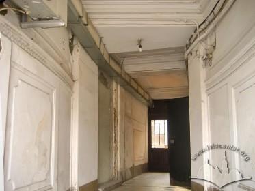 Prosp. Shevchenka, 21. Interior by the entrance