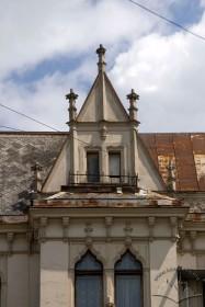 Prosp. Shevchenka, 21. Neogothic attic above one of the bay windows