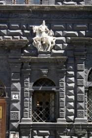 Пл. Ринок, 4. Фрагмент фасаду в рівні І-го пов.