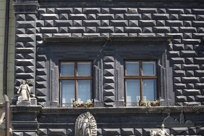 Пл. Ринок, 4. Вікна ІІ-го поверху