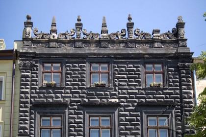 Пл. Ринок, 4. Фрагмент фасаду в рівні ІІІ-IV-го поверхів і типово ренесансний аттик