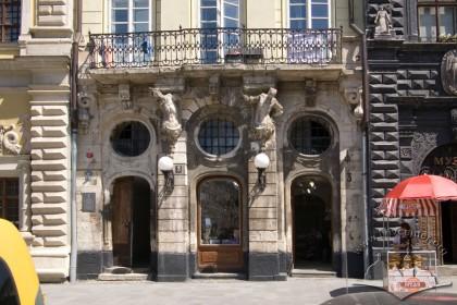 Пл. Ринок, 3. Фрагмент головного фасаду