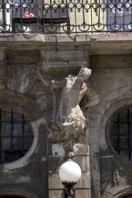 Пл. Ринок, 3. Одна з білокам'яних скульптур атлантів що підтримують балкон