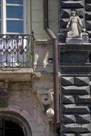 """Пл. Ринок, 3. Фрагмент фасаду, справа — фрагмент фасаду т. зв. """"Чорної кам'яниці"""""""
