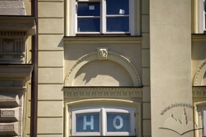 Пл. Ринок, 3. Декор над вікном ІІ-го пов.