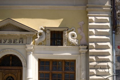 Пл. Ринок, 2. Фрагмент головного фасаду в рівні І-го пов.
