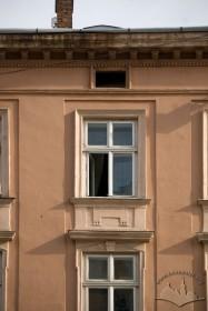 Пл. Ринок, 16. Вікна ІІІ-го і IV-го поверхів