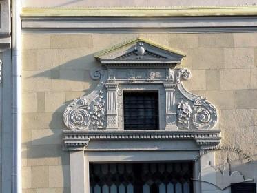 Пл. Ринок, 21. Білокам'яний декор над вікном І-го поверху