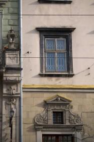 Пл. Ринок, 21. Вид на вікно ІІ-го поверху