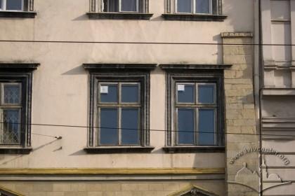 Пл. Ринок, 21. Вікна ІІ-го поверху, з краю фасаду — контрфорс