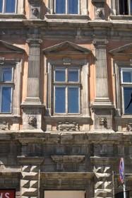 Пл. Ринок, 23. Фрагмент головного фасаду. Вид на вікно ІІ-го поверху
