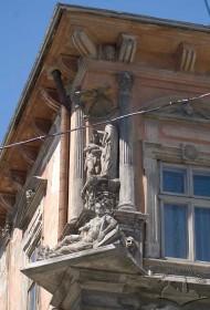Пл. Ринок, 23. Фрагмент фасаду в рівні ІІІ-го пов. Скульптурна група в наріжній частині кам'яниці