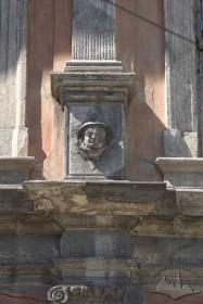 Пл. Ринок, 23. Маскарон на одному з п'єдесталів пілястр фасаду