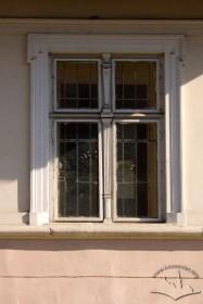 Вул. Котляревського, 1. Вікно 1-го пов. з автентичною столяркою