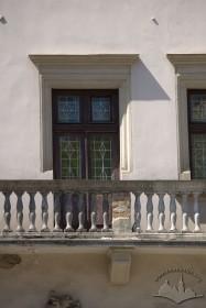Пл. Ринок, 24. Фрагмент фасаду в рівні ІІ-го поверху з балконом