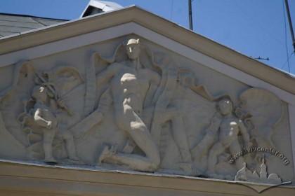 Пл. Ринок, 24. Скульптурна група в тимпані аттика